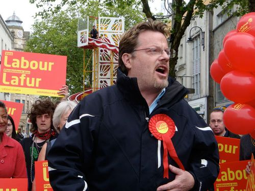 Eddie Izzard addressing Labour supporters on Queen Street, Cardiff